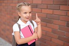 Blonda lyckliga le upphetsade skratthänder för liten flicka i mun royaltyfri bild