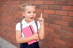Blonda lyckliga le upphetsade skratth?nder f?r liten flicka i mun royaltyfri fotografi