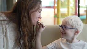 Blonda matningar för pojke hans mammapizzamargarita stock video
