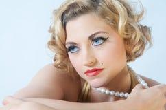 blonda model pärlor Arkivbilder