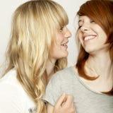Blonda och röda haired flickor skrattar Royaltyfria Foton