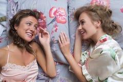 Blonda systrar eller sexiga flickavänner som har gyckel Arkivbild
