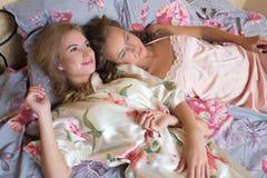 Blonda systrar eller sexiga flickavänner som har gyckel Arkivfoton