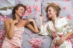 Blonda systrar eller sexiga flickavänner som har gyckel Royaltyfri Bild