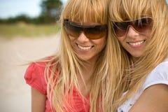 blonda systrar kopplar samman Royaltyfri Foto