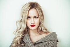 Blonda uttryck för kvinnadanandeframsida Arkivfoton