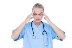 blonde Ärztin, die deprimiert ist Stockfotografie