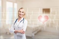 Blonde Ärztin in einem Bezirk mit Kardiogramm Lizenzfreie Stockbilder
