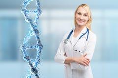 Blonde Ärztin und eine DNA Lizenzfreies Stockbild