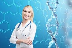Blonde Ärztin und eine DNA-Kette Lizenzfreies Stockbild