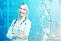 Blonde Ärztin und EINE DNA-Kette getont Stockfoto