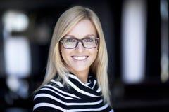 Blonde überzeugte Frau, die zu Hause arbeitet Stockfotos