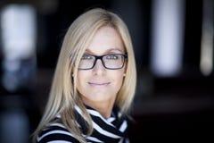 Blonde überzeugte Frau, die zu Hause arbeitet Lizenzfreies Stockfoto