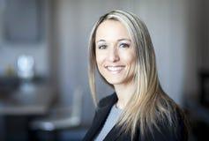 Blonde überzeugte Geschäftsfrau Lizenzfreies Stockfoto