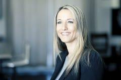Blonde überzeugte Geschäftsfrau Stockfoto