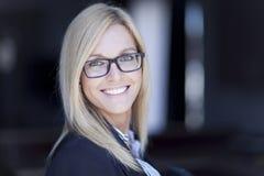 Blonde überzeugte Geschäftsfrau Smiling Lizenzfreie Stockfotos