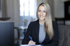 Blonde überzeugte Geschäftsfrau Working At Home Stockbilder