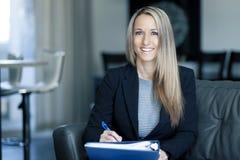 Blonde überzeugte Geschäftsfrau Working At Home Lizenzfreies Stockbild