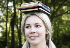Blonde aan studie in aard royalty-vrije stock afbeeldingen