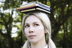 Blonde aan studie in aard stock afbeelding