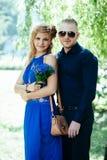 Blonde aantrekkelijk paar die zich tegen natuurlijk bevinden Royalty-vrije Stock Afbeelding