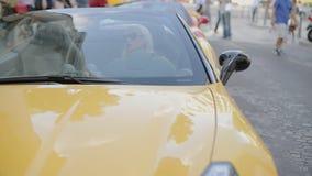 Blonde achter het wiel van cabriolet stock footage