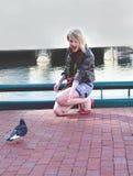Blonde adolescente dell'innamorato che fa gli amici Fotografia Stock