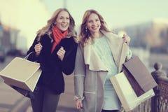 Blonde alegre dos para un paseo Fotografía de archivo libre de regalías