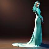 Blonde anziehende Dame gekleidet im Abendkleid Lizenzfreie Stockfotografie
