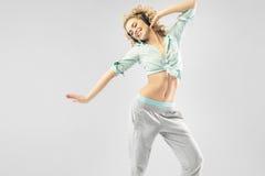 Blonde anziehende Frau, die allein tanzt Stockfotografie