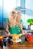 Blonde Art und Weise lustig auf Küche mit Teigwaren und Stockbild