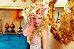 Blonde Art und Weisefrau mit Frühling blüht Hut Stockfoto