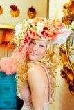 Blonde Art und Weisefrau mit Frühling blüht Hut Lizenzfreie Stockfotografie