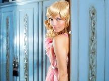 Blonde Art und Weisefrauenweinlese im Garderobenrosakleid Lizenzfreies Stockfoto
