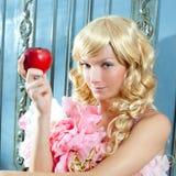 Blonde Art und Weiseprinzessin, die Apfel isst Stockfoto