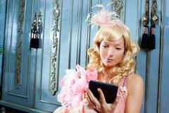 Blonde Art und Weiseprinzessinfrauenmesswertebook Tablette Lizenzfreie Stockfotos