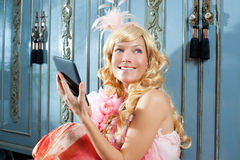Blonde Art und Weiseprinzessinfrauenmesswertebook Tablette Stockbild