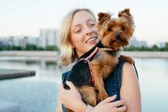 Blonde assez jeune avec le petit chien Photographie stock