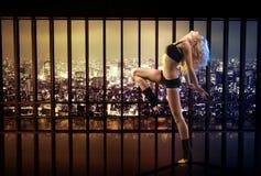 Blonde Athletendame, die in der Wohnung trainiert Stockbilder