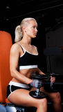 Blonde Athletenholding Dumbbells Stockbild