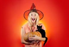 Blonde atractivo con la calabaza y el gato negro Concepto de Víspera de Todos los Santos Aliste para el lema o el producto del te imagen de archivo libre de regalías