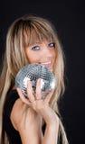 Blonde atractivo con la esfera Foto de archivo libre de regalías