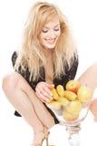 Blonde atractivo con las frutas Foto de archivo libre de regalías