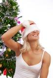 Blonde atractivo con su sombrero de la Navidad Fotos de archivo libres de regalías