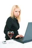 Blonde atractivo con una computadora portátil Fotos de archivo