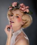 Blonde atractivo de la chica joven en guirnalda colorida   Fotos de archivo libres de regalías