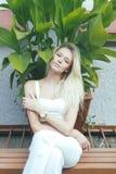 Blonde atractivo de la muchacha del retrato, en un fondo verde Fotos de archivo libres de regalías