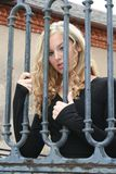 Blonde atractivo detrás de barras Fotos de archivo libres de regalías