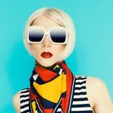 Blonde atractivo en accesorio de moda del verano Imagen de archivo