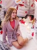 Blonde atractivo en el Año Nuevo foto de archivo libre de regalías